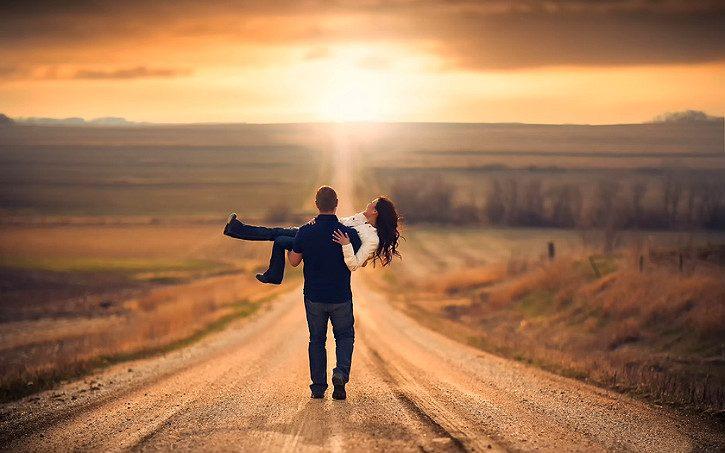 влюбленный уносит девушку на руках