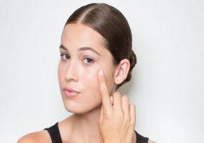 Распределение тонального крема на лице