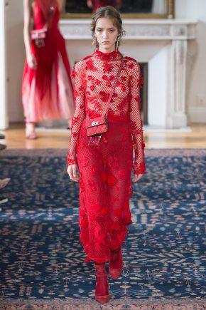 красное платье с прозрачными элементами