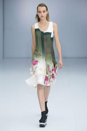 платье в зеленых тонах с цветочным принтом