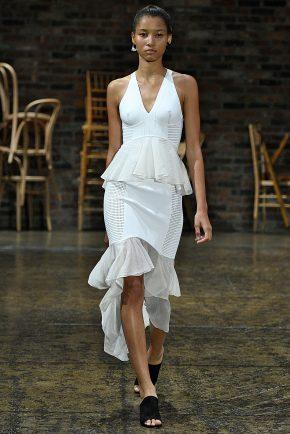 белое платье с декольте