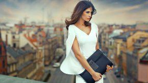 девушка-модель в белом платье