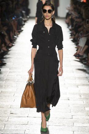 черное платье с коричневым саквояжем