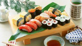 суши на деревянном подносе