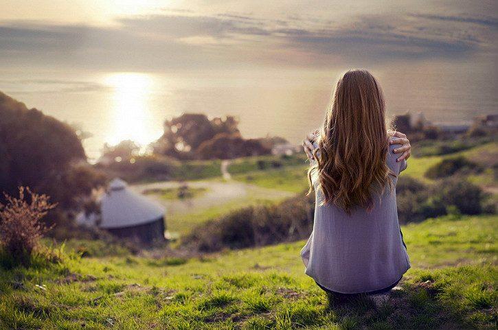 девушка думает на природе