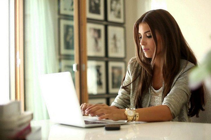 девушка в интернете