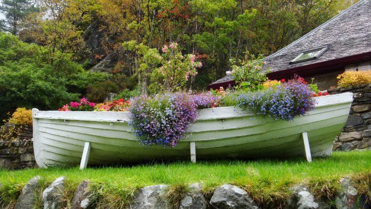 лодка-клумба