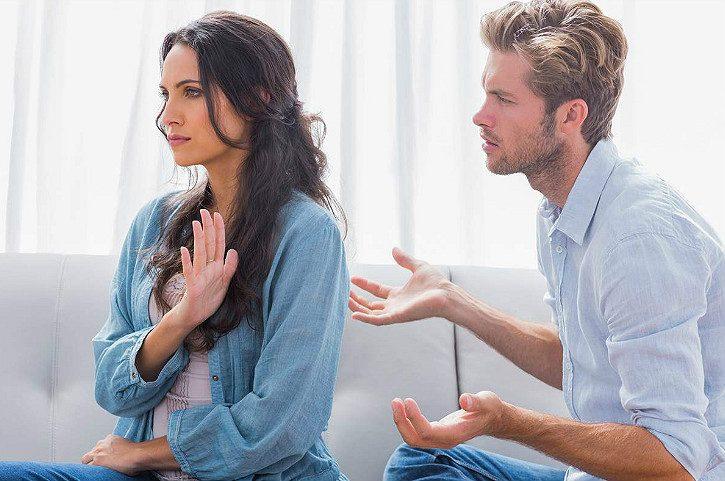 мужчина и женщина пытаются говорить