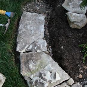 сначала выкладываем большие камни