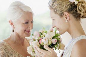 мама с дочерью на свадьбе