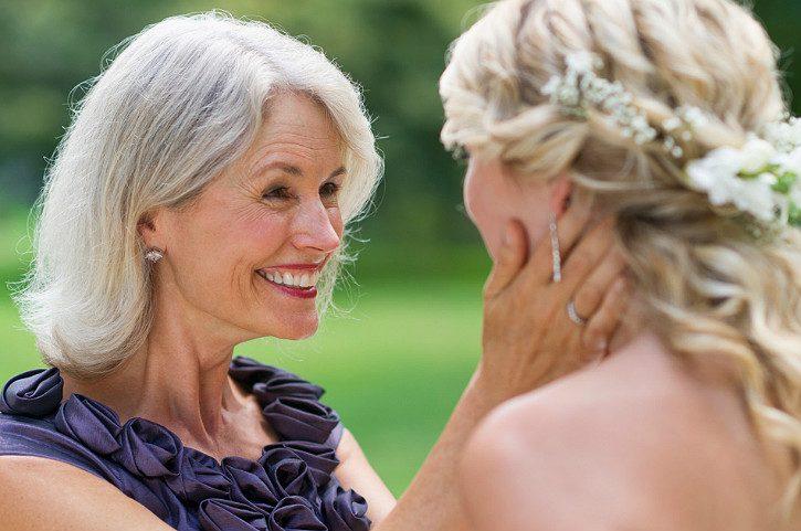 мама обнимает дочь на свадьбе