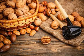 грецкие орехи на столе
